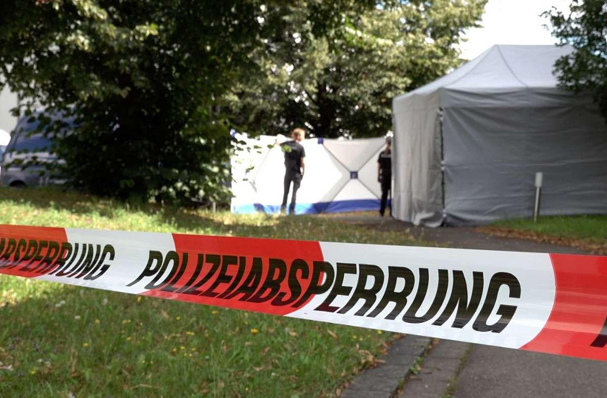 Der Bereich rund um die betroffene Wohnung wurde von der Polizei abgesperrt. Foto: dpa/Alexander Hald