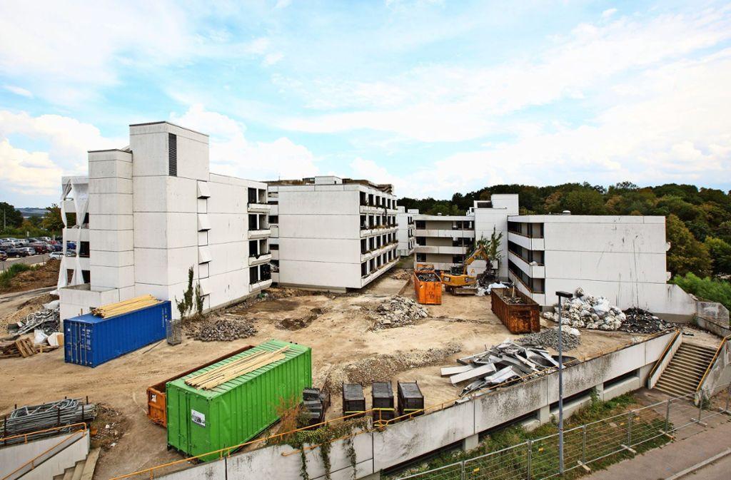Zurzeit wird das Baufeld für den Neubau der Klinik am Eichert bereitet:      Die früheren Mitarbeiterwohnungen  sind schon weitgehend Geschichte. Foto: Rudel/Archiv