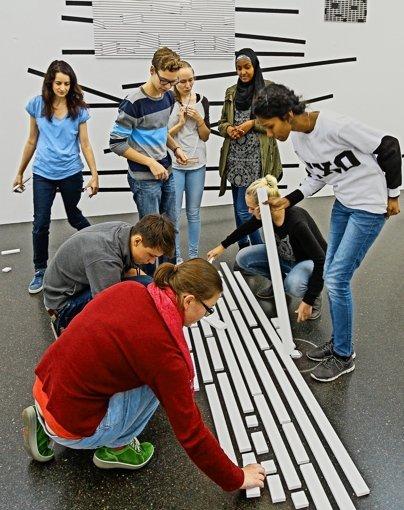 Schüler helfen beim Aufbau einer Ausstellung