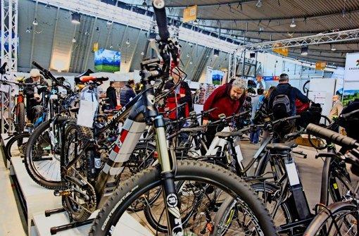 Fahrräder mit kleinem Elektromotor sind ein Blickfang auf der CMT. Foto: Lg/Christian Hass