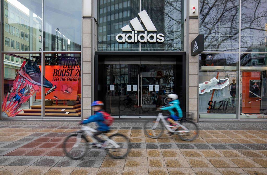 Adidas hatte zunächst angekündigt, für die derzeit geschlossenen Läden keine Miete zu zahlen. Nun soll dies doch geschehen. Foto: AFP/ODD ANDERSEN