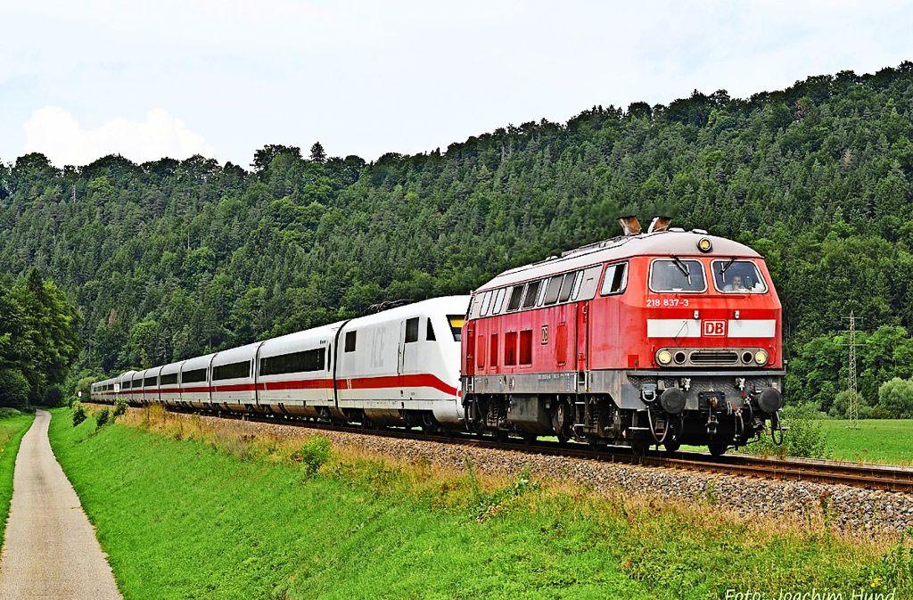 Eine Diesel-Lok zieht einen ICE über die Ausweichstrecke. Von Montag an fahren die Züge wieder auf der regulären Rheintalbahn. Foto: Hund/Lok-Report