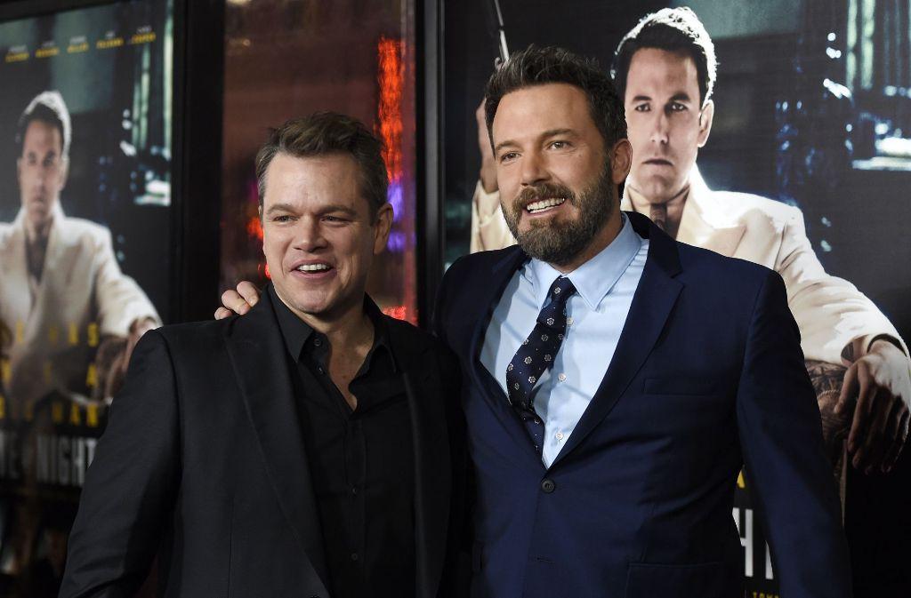 """Lange Roben, offenherzige Kleidchen und ganz viel Humor: Bei der Premiere zu Ben Afflecks neustem Film """"Live by Night"""" amüsierten sich Regisseur Affleck (rechts) und Schauspielkollege Matt Damon köstlich, während sich die Damen betont elegant in enganliegenden Abendkleidern zeigten. Wir haben die schönsten Outfits des Abends gesammelt – klicken Sie sich durch! Foto: dpa"""