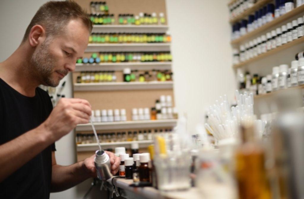 Der Parfümeur Géza Schön bei der Arbeit. Foto: dpa