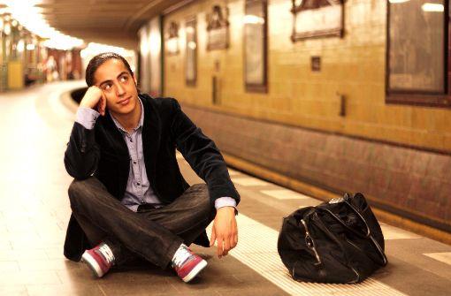 Running Gags im Sitzen: der Comedian Masud Akbarzadeh Foto: Veranstalter