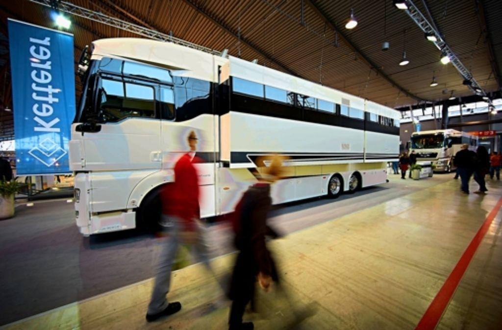 Das größte Wohnmobil der Messe hat die Maße eines Reisebusses. Foto: Heinz Heiss