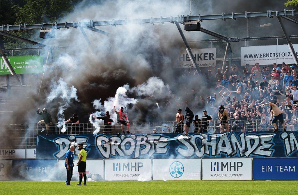 Dunkle Wolken über Degerloch – die Fans machen ihrem Unmut Luft. Foto: Baumann