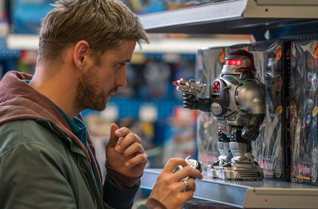 Martin (Steve Windolf) sucht ein Geschenk für seinen Sohn. Foto: BR/Oliver Vaccaro