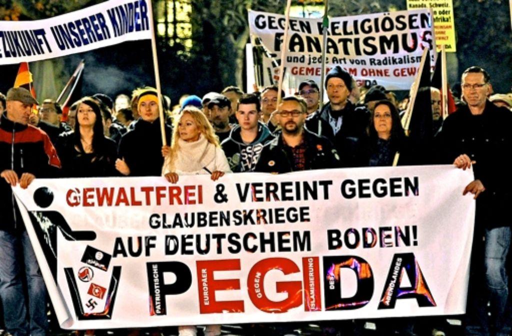 """Tausende demonstrieren jeden Montag in Dresden gegen """"Glaubenskriege"""".Pegida-Gründer Lutz Bachmann Foto: dpa"""