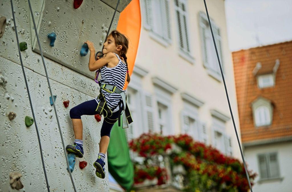 Immer wieder großer Beliebtheit erfreut sich beim Bürgerfest  die Kletterwand auf dem Rathausplatz. Auch wenn es anders aussieht:  Der Rathaussturm ist ausgeblieben. Foto: Michael Steinert