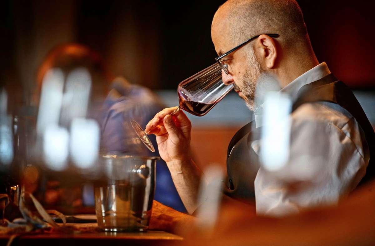 Konzentration bei der Geruchsprobe: Die Tester des Gault & Millau wissen bei der Blindverkostung nicht, welchen Wein sie im Probierglas haben. Foto: Gottfried Stoppel