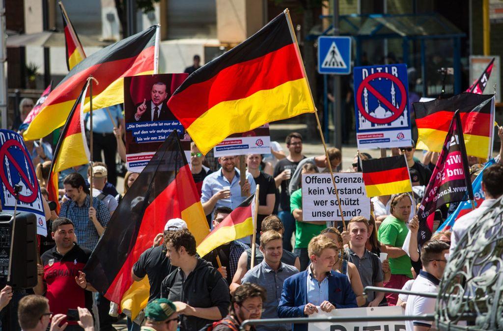 """Die """"Junge Alternative Stuttgart"""", eine Jugendorganisation der AfD Stuttgart, demonstriert im Mai 2018 gegen den Neubau einer Ditib-Moschee in Stuttgart-Feuerbach. Foto: dpa"""