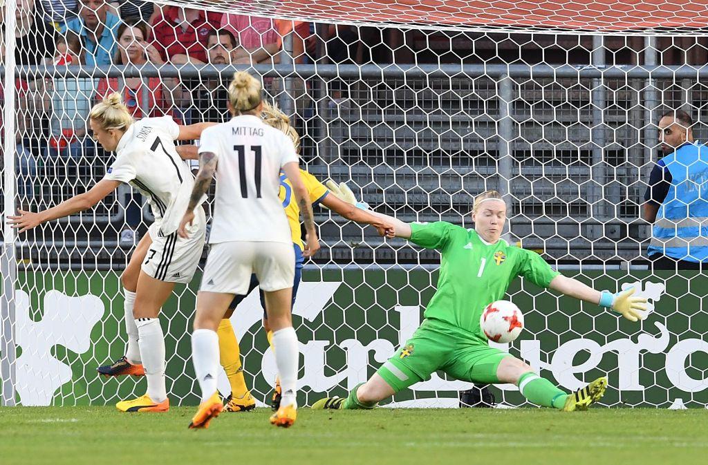 Der deutschen Mannschaft um Anja Mittag (Mitte) gelang gegen die Schweden kein Tor. Foto: dpa