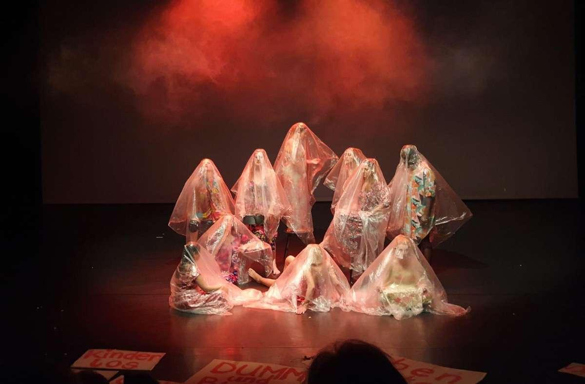 """Die Salamaleque Dance Company denkt in ihrem Stück """"Females Un-Covered"""" über das Frausein heute nach. Foto: Salamaleque/FTTS"""