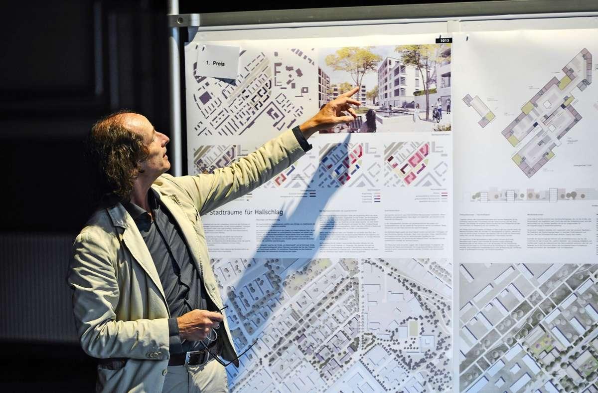Architekt Thomas Schüler stellt den Siegerentwurf für das neue Quartier am Hallschlag in Bad Cannstatt vor. Foto: Lichtgut/Max Kovalenko