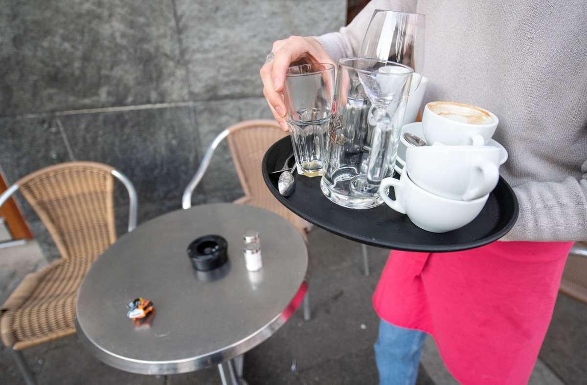 Cafés und Restaurants in Baden-Württemberg sollen von Samstag an unter bestimmten Bedingungen wieder öffnen. (Symbolbild) Foto: dpa/Sebastian Gollnow