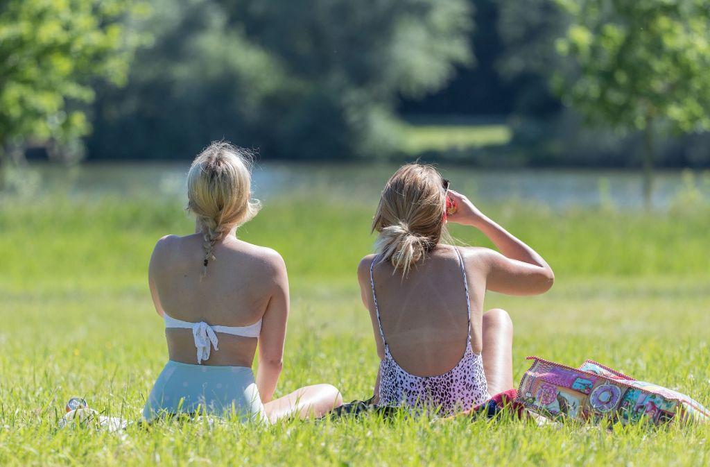 An einem heißen Wochenende lässt es sich am Wasser gut aushalten. Foto: dpa