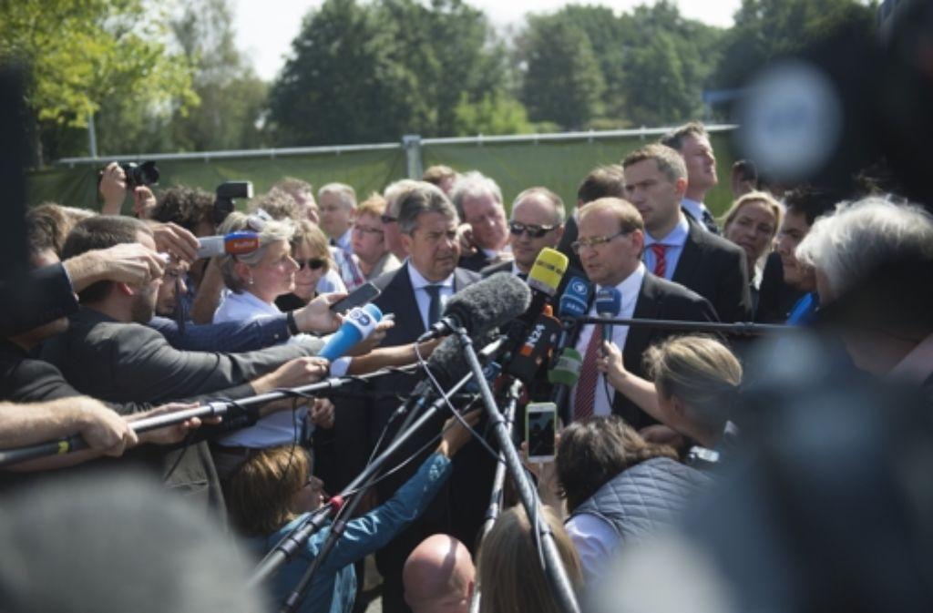 SPD-Chef Sigmar Gabriel legte am Montag in Heidenau einen radikalen Ton gegenüber den Rechtsextremisten an den Tag. Foto: dpa