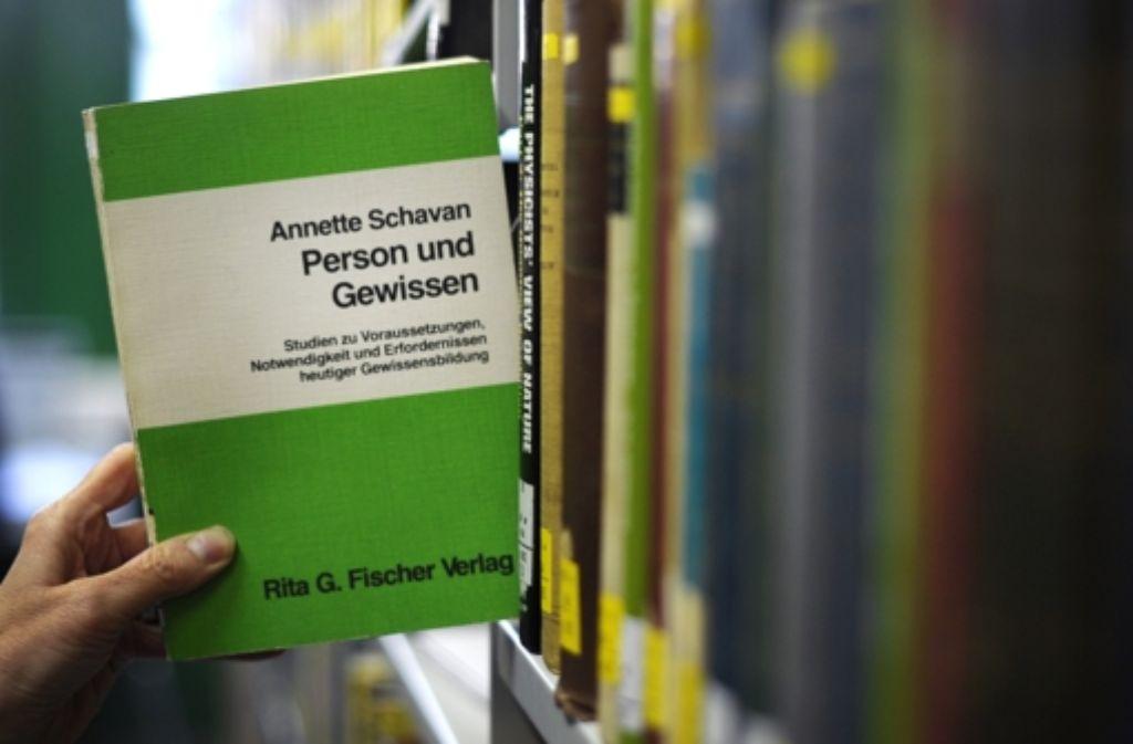 Keine leichte Lektüre: Annette Schavans Doktorarbeit ist weniger Lesevergnügen als trockene Forschungsarbeit. Foto: dpa