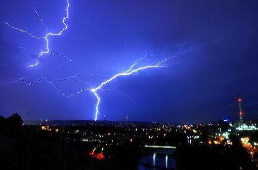 Zahlreiche Blitze erhellen den Himmel
