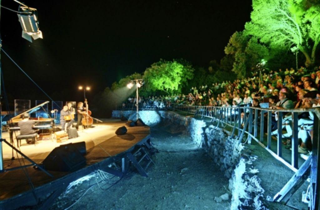 Der Begriff Weltmusik, wie sie das   Ensemble Quadra Nuevo auf Samos zelebriert, gewinnt angesichts anlandender Flüchtlingsboote eine neue Bedeutung. Foto: Schwarz Foundation