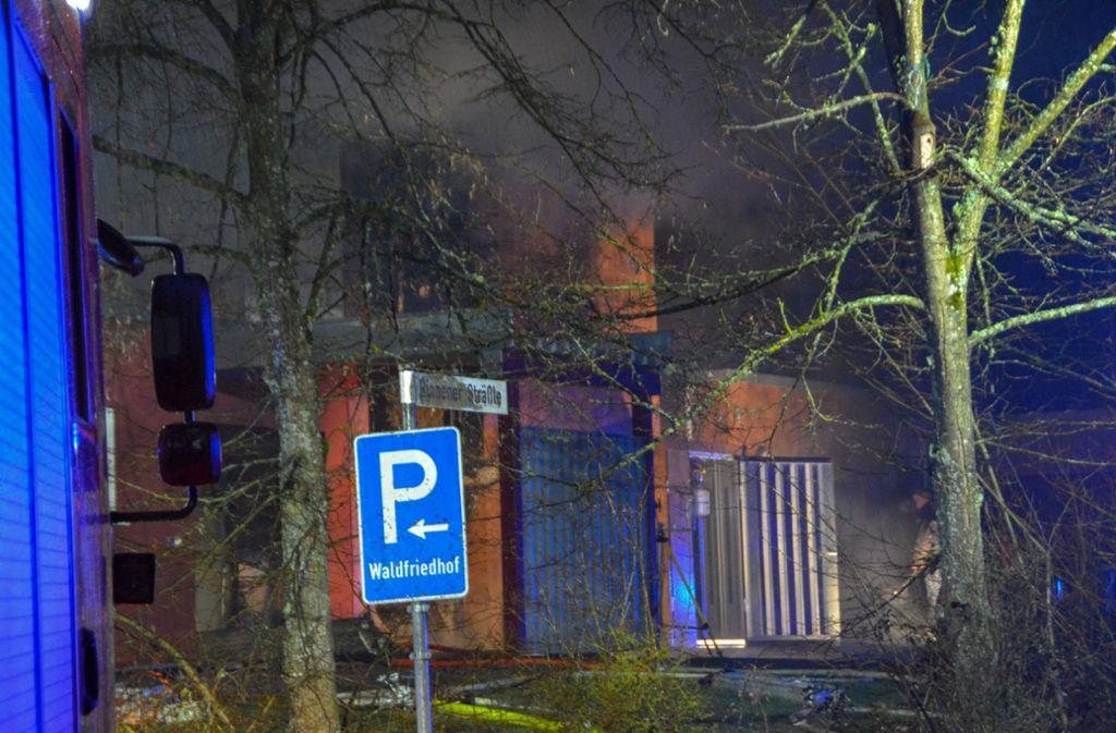 Beim Brand eines Krematoriums an einem Friedhof in Schwäbisch Hall ist in der Nacht zu Donnerstag ein hoher Schaden entstanden. Foto: SDMG