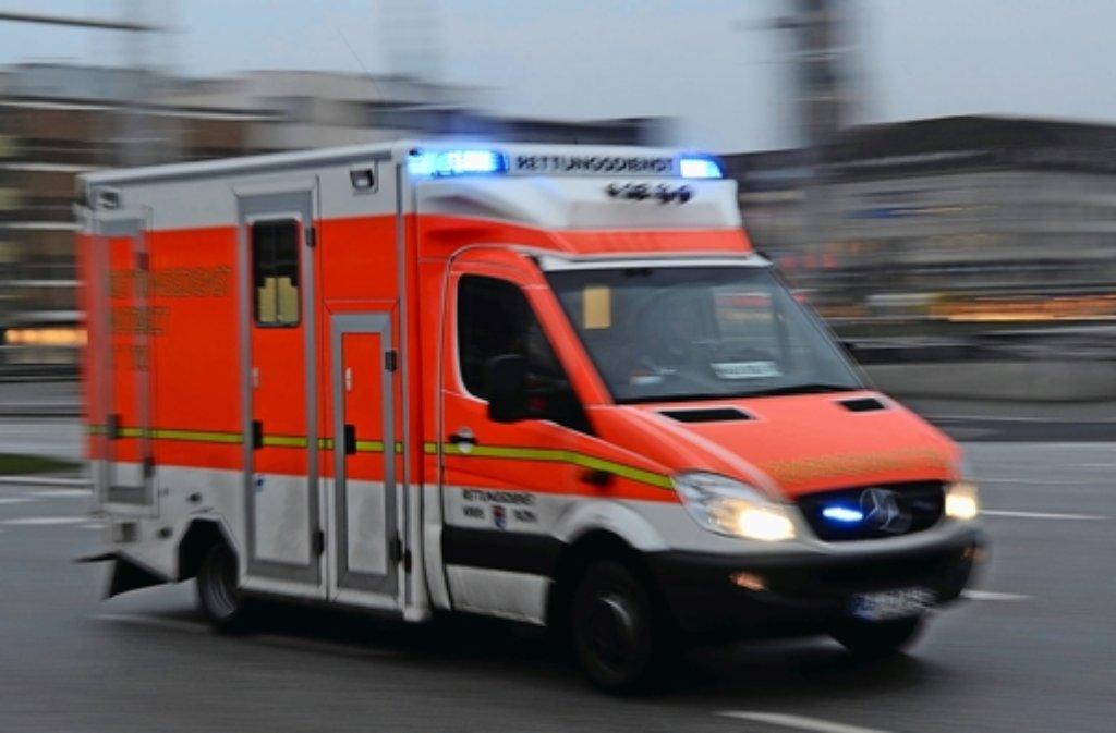 Nach einem Messerstich in Ostfildern muss am Sonntagabend ein 22-jähriger Asylbewerber ins Krankenhaus. Foto: dpa/Symbolbild