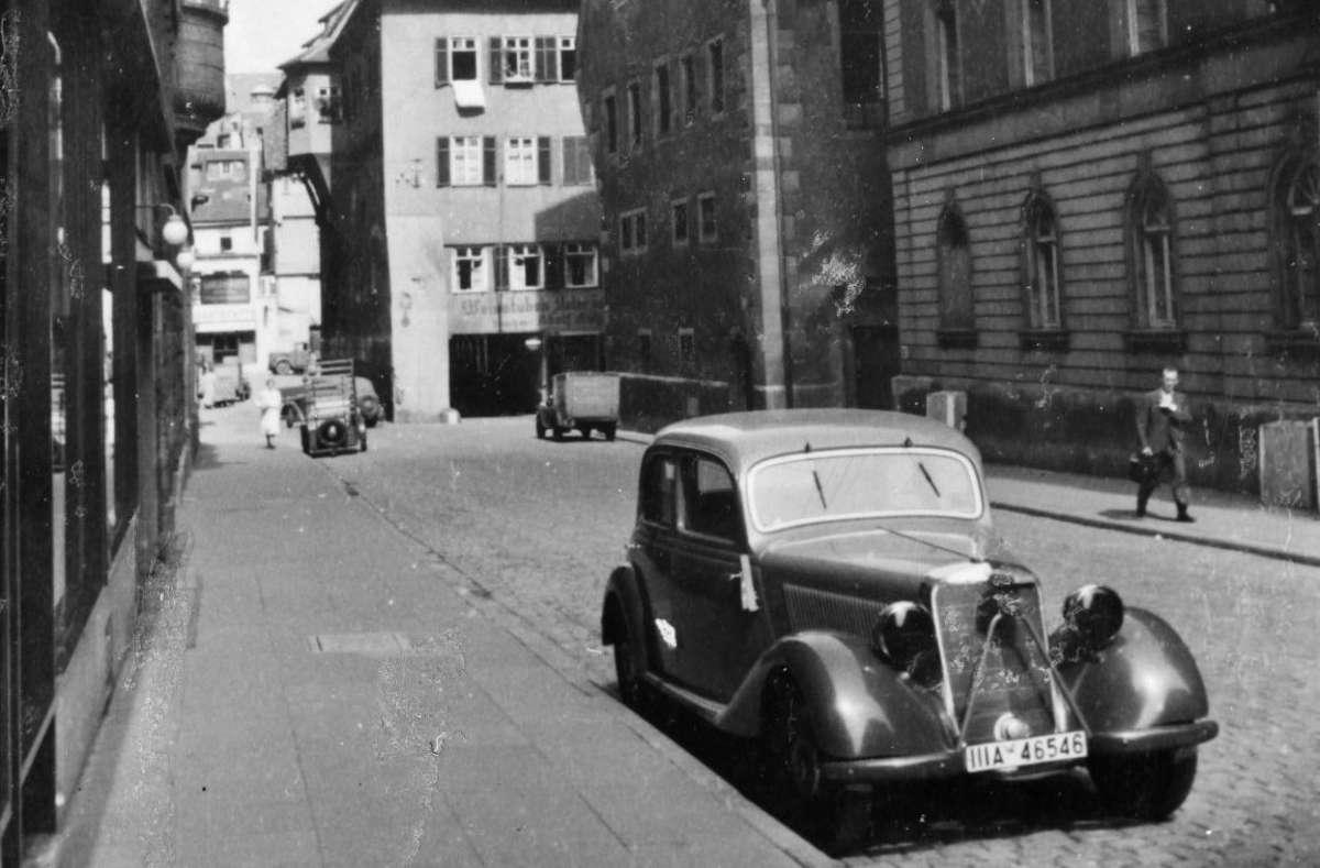 Fahrten mit Autos müssen Seit Frühjahr 1942 als kriegswichtig gelten - hier ein Bild aus der Schmalen Straße. Weitere Bilder aus Stuttgart 1942 zeigt die Fotostrecke.  Quelle: Unbekannt