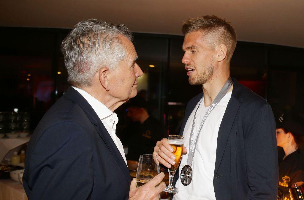 VfB-Stürmer Simon Terodde (rechts) mit Präsident Wolfgang Dietrich. Bilder aus der bisherigen Karriere des VfB-Profis gibt es in unserer Fotostrecke. Foto: Pressefoto Baumann