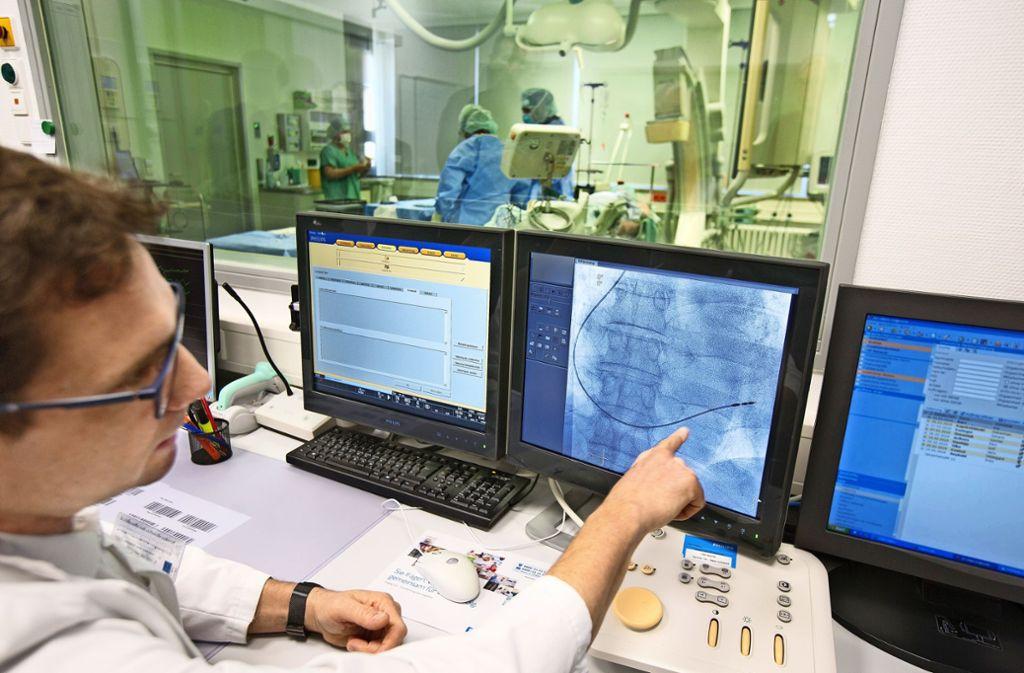 Dem Oberarzt der  Kirchheimer Medius-Klinik für  Herz-und Kreislauferkrankungen, Matthias Zirnig, stehen jetzt zwei Linksherzkathetermessplätze zur Verfügung. Foto: Horst Rudel