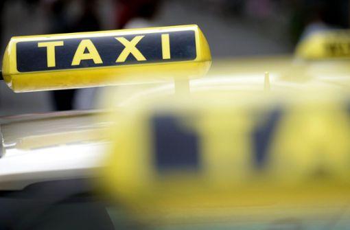 Mann tritt und schlägt auf Taxifahrer ein