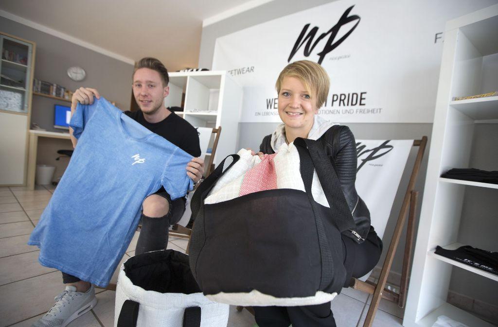 In Kenia wurden die Taschen hergestellt. In Filderstadt bekommt Sarah Müller (re.) von Sascha Schanbacher Unterstützung. Foto: Horst Rudel