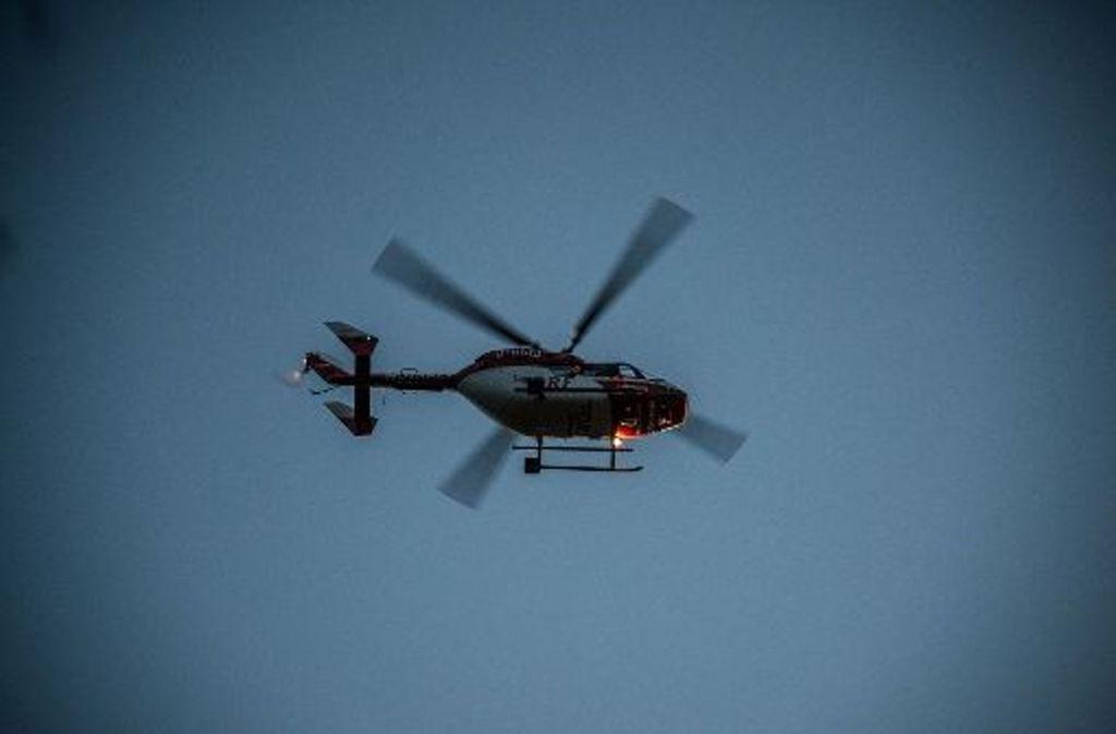 Ein Rettungshubschrauber bringt das lebensgefährlich verletzte Mädchen ins Krankenhaus. Foto: