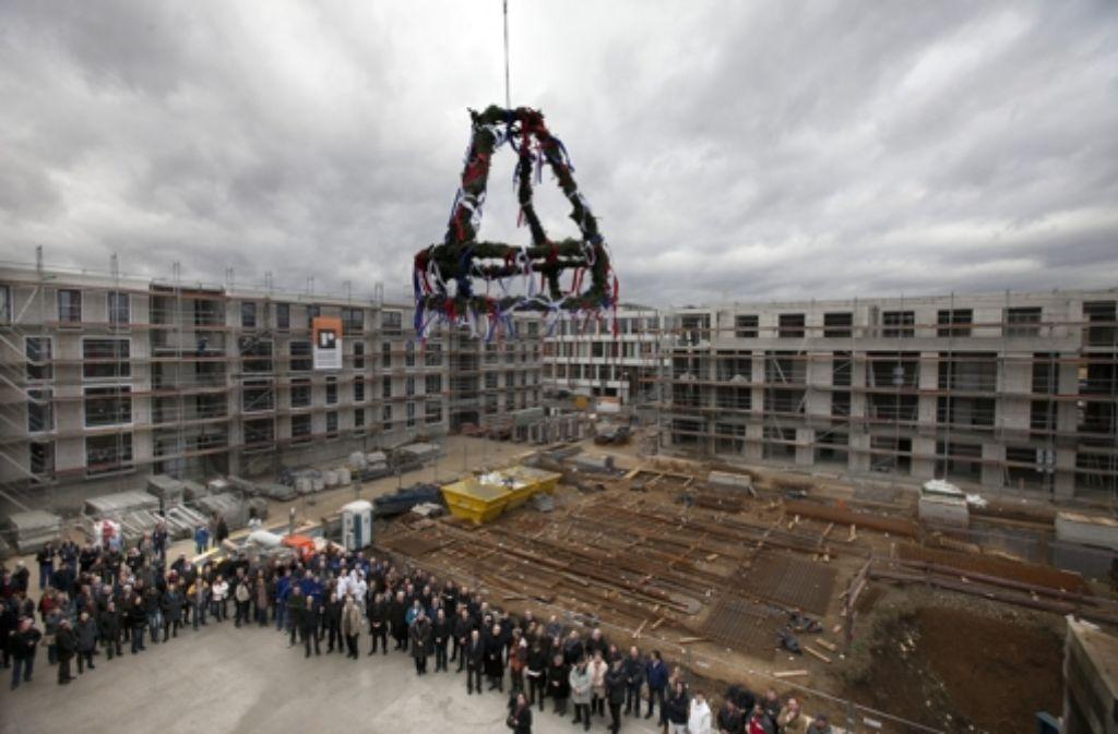 Acht Adressen braucht der Wohnkomplex, der einen zukünftig grünen Innenhof einrahmt. Am Mittwoch hat das Projekt Richtfest gefeiert. Foto: Horst Rudel