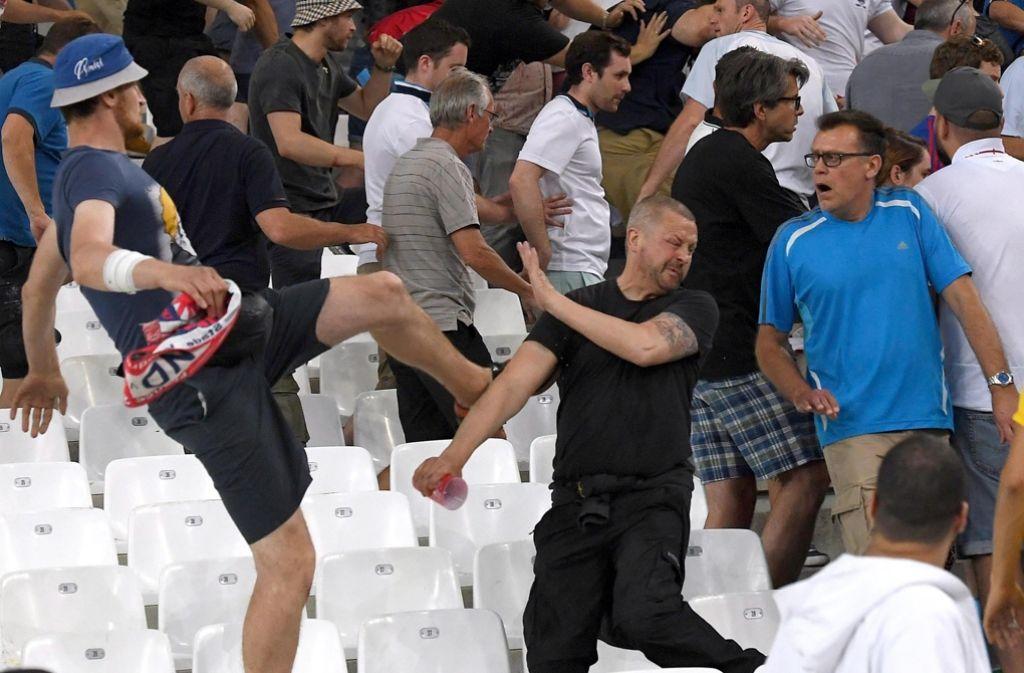 Vor dem Spiel und nach dem Spiel zwischen England und Russland kam es zu massiven Ausschreitungen. Drei russische Schläger wurden nun verurteilt. Foto: DPA