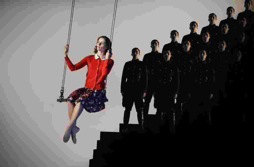 Anne Frank (Bruna Andrade) darf auf der Karlsruher Ballettbühne hoch hinaus Foto: Jochen Klenk / Badisches Staatstheater