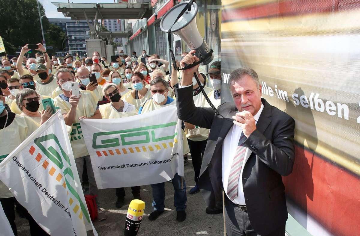 Die Bahn will GDL-Chef Claus Weselsky mit einem erneut verbesserten Angebot an den Verhandlungstisch locken. Foto: dpa/Wolfgang Kumm