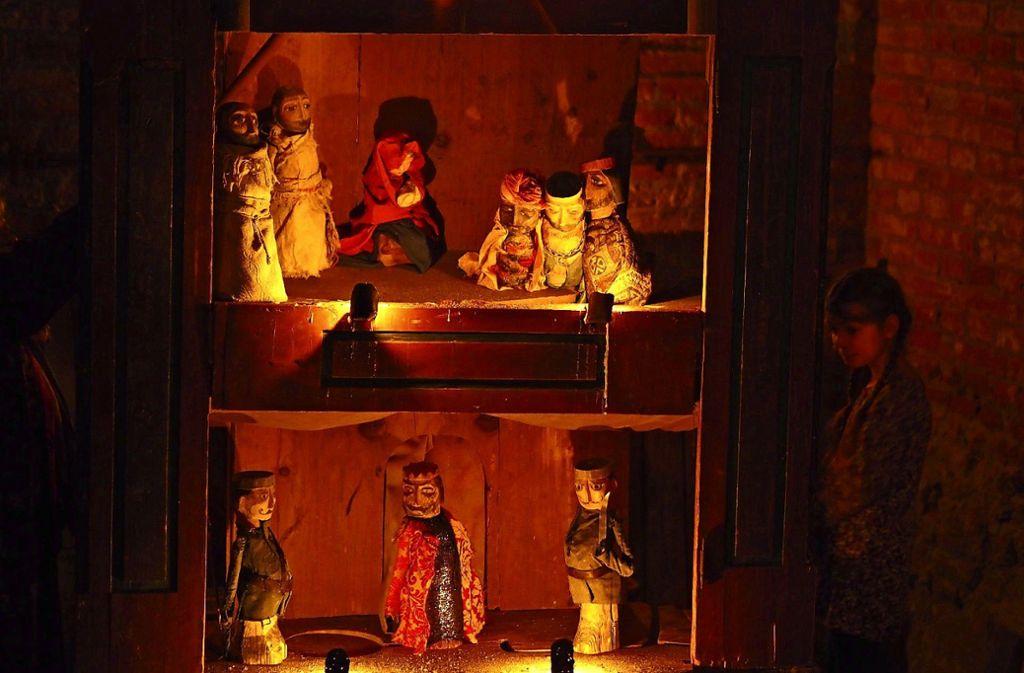 Die Wertep-Bühne wird nur von Kerzen beleuchtet Foto: Theater am Faden