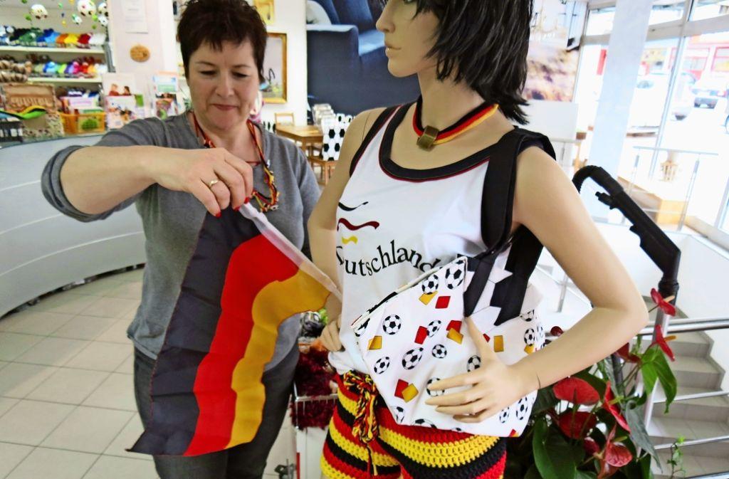 Heidi Käser hat ihren Schaufensterpuppen EM-Shorts verpasst. Weitere Eindrücke aus ihrer Werkstatt gibt es in unserer Fotostrecke. Foto: Sägesser