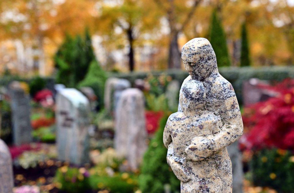 Tagsüber wirkt der Echterdinger Friedhof friedlich einladend, nachts sind dort offenbar Leute unterwegs. Foto: Archiv Norbert J. Leven