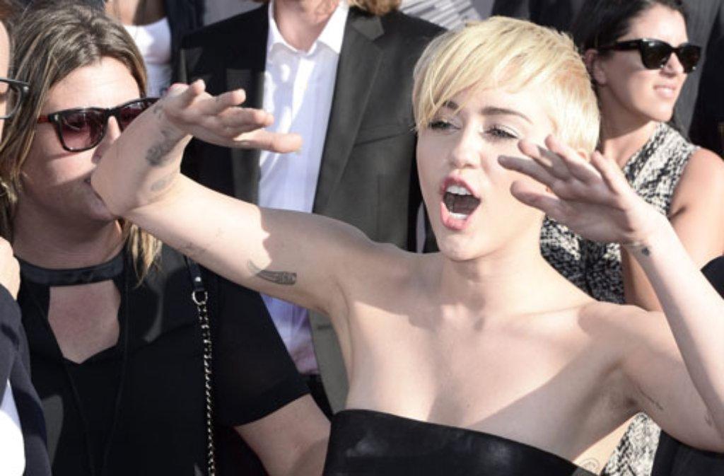 In ihrem Video zu Wrecking Ball sitzt Miley Cyrus nackt auf einer Abrissbirne: Bei den MTV Video Music Awards gab es dafür den Preis für das Video des Jahres. Foto: dpa