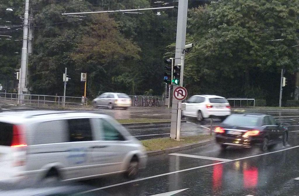 Die Polizei kontrolliert Autofahrer an dieser Kreuzung in Stuttgart-Mitte. Foto: red