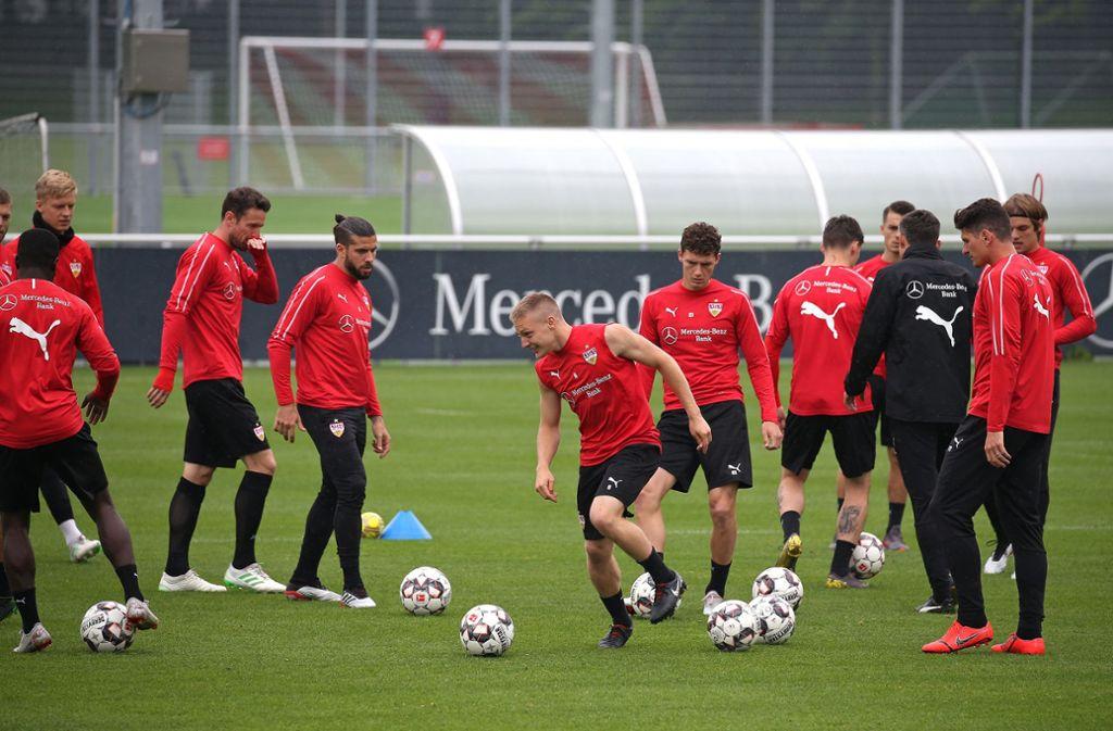 Santiago Ascacibar (Mitte) vom VfB Stuttgart trainierte als einziger Spieler mit einem ärmellosen Shirt. In der Bildergalerie haben wir die Eindrücke festgehalten. Foto: Pressefoto Baumann