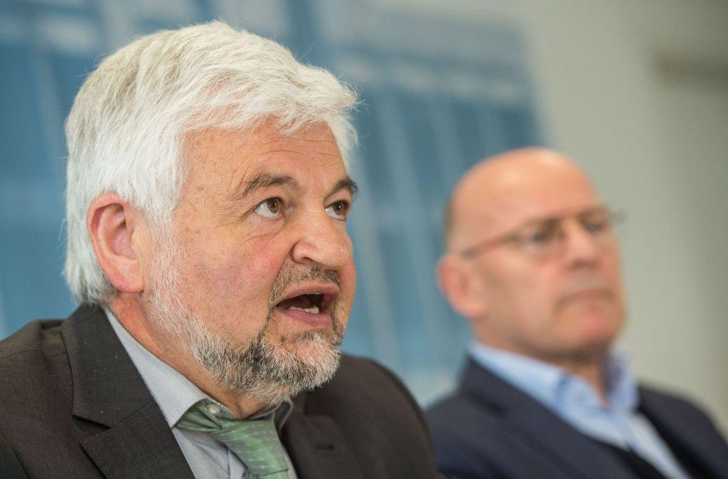 Regierungspräsident Wolfgang Reimer (hier auf der Pressekonferenz zum Luftrienhalteplan mit Verkehrsminister Winfried Hermann) erhält Post von den Landräten. Foto: dpa