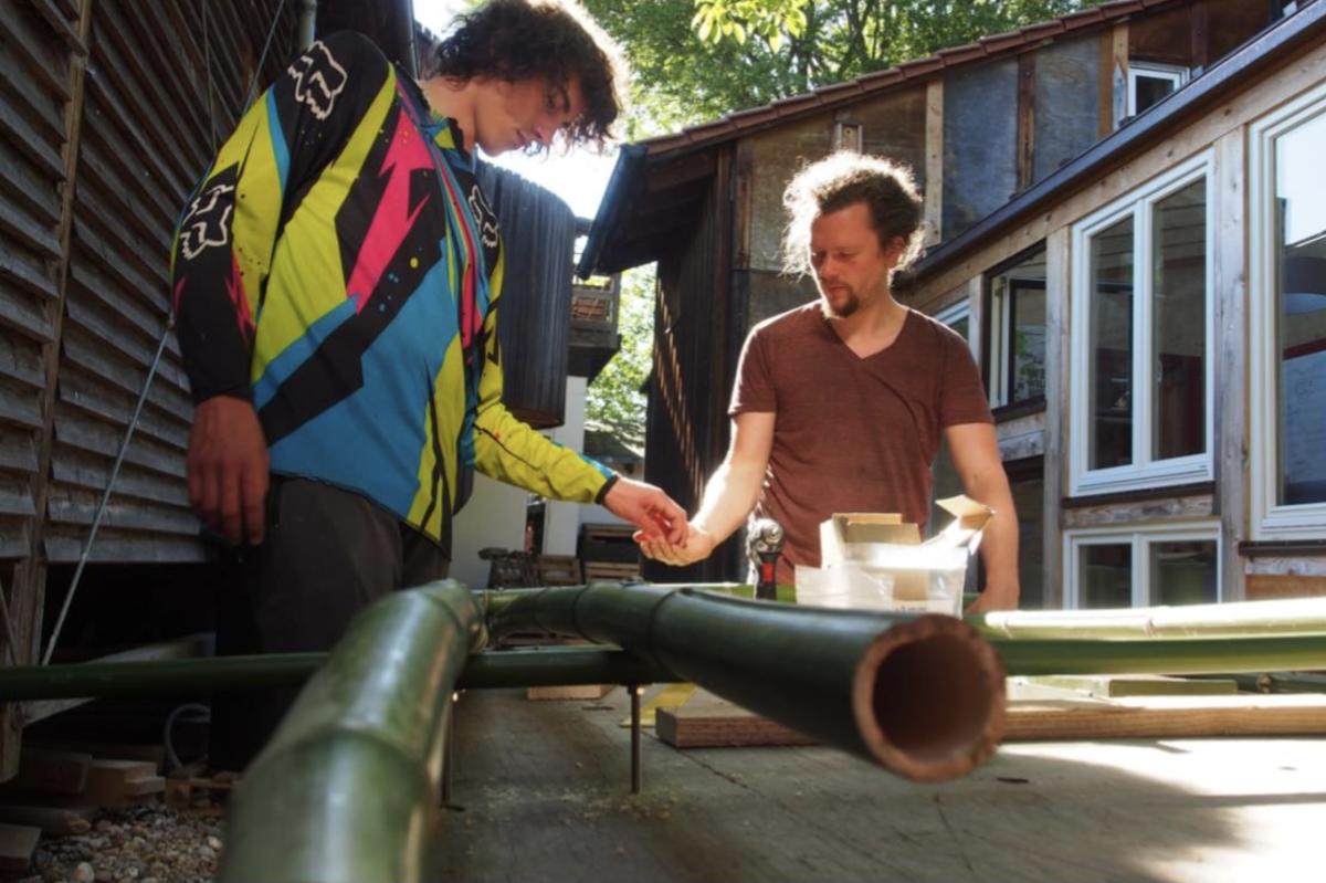 Christian Wolff (rechts) und Lisandro Behrens bauen fleißig an Lastenradanhängern für Stuttgart. Möglich ist dies durch die Hilfe der Stuttgart-Crowd.  Foto: privat