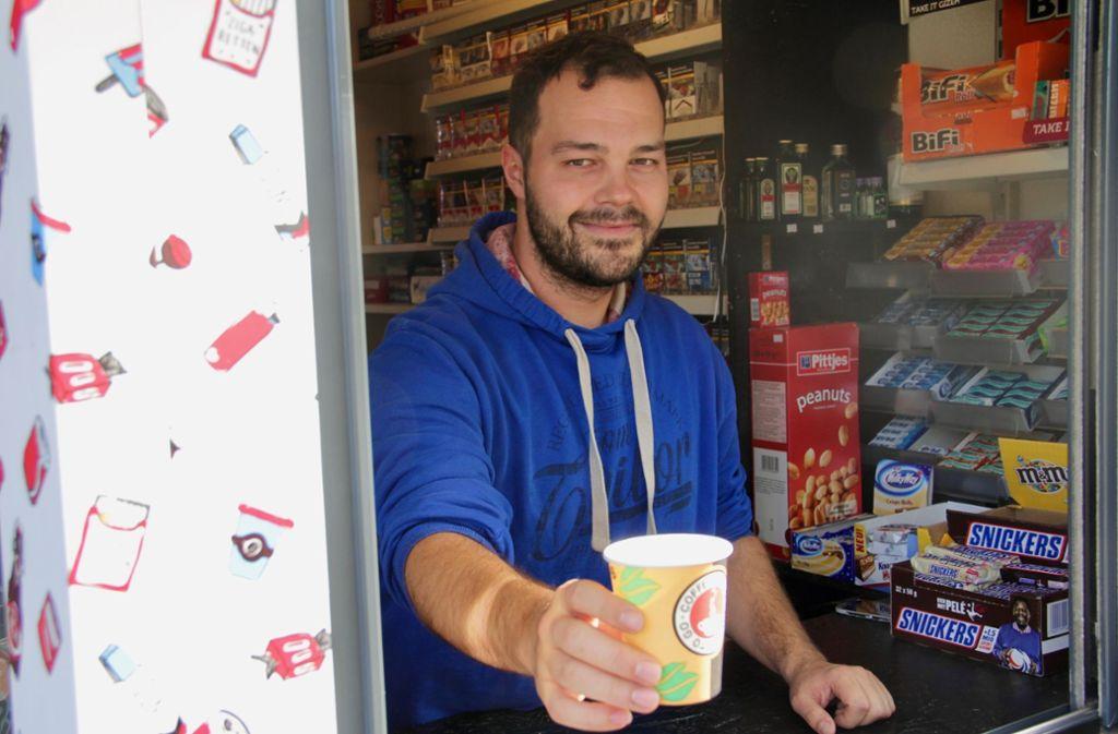 Jan Dietze mag turbulente Nachtschichten an den Wochenenden. Tagsüber plaudert er gern mit seinen Kunden – und serviert ihnen Kaffee. Foto: Corinna  Pehar