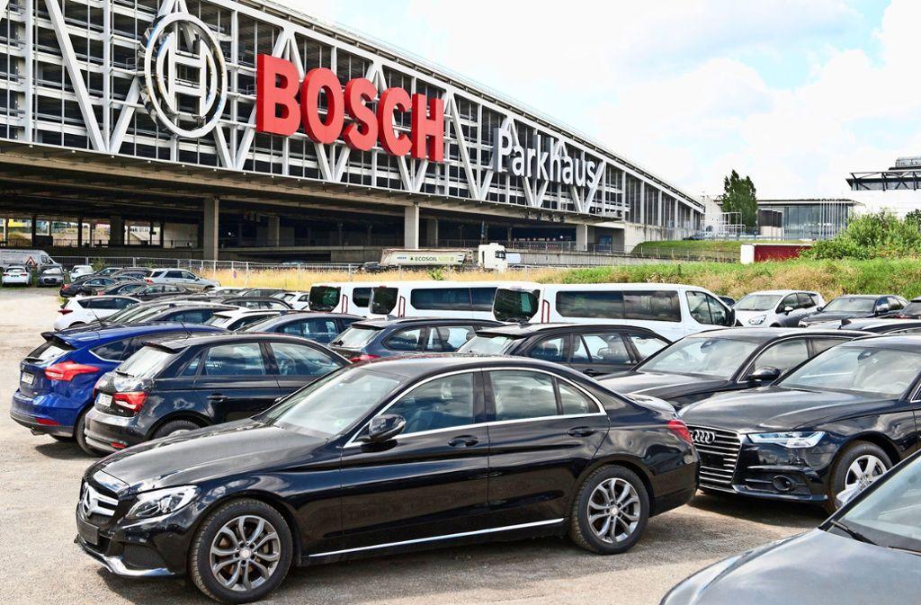 Parkplätze gibt es an Flughafen und Messe offenbar viele. Aber sie werden nicht immer genutzt. Foto: Lichtgut/Oliver Willikonsky