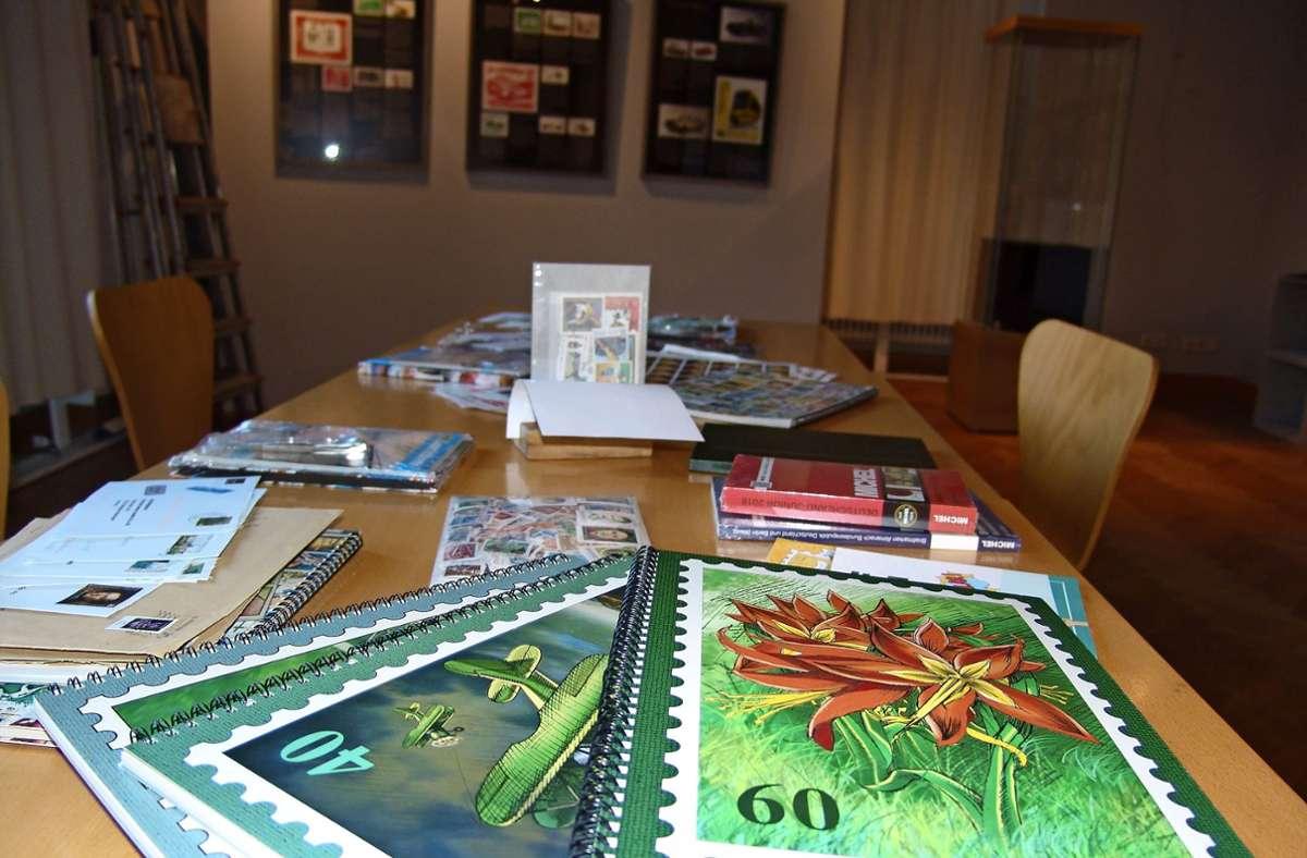 Ein Wühltisch für angehende Briefmarkensammler im Museo Foto: Friedl
