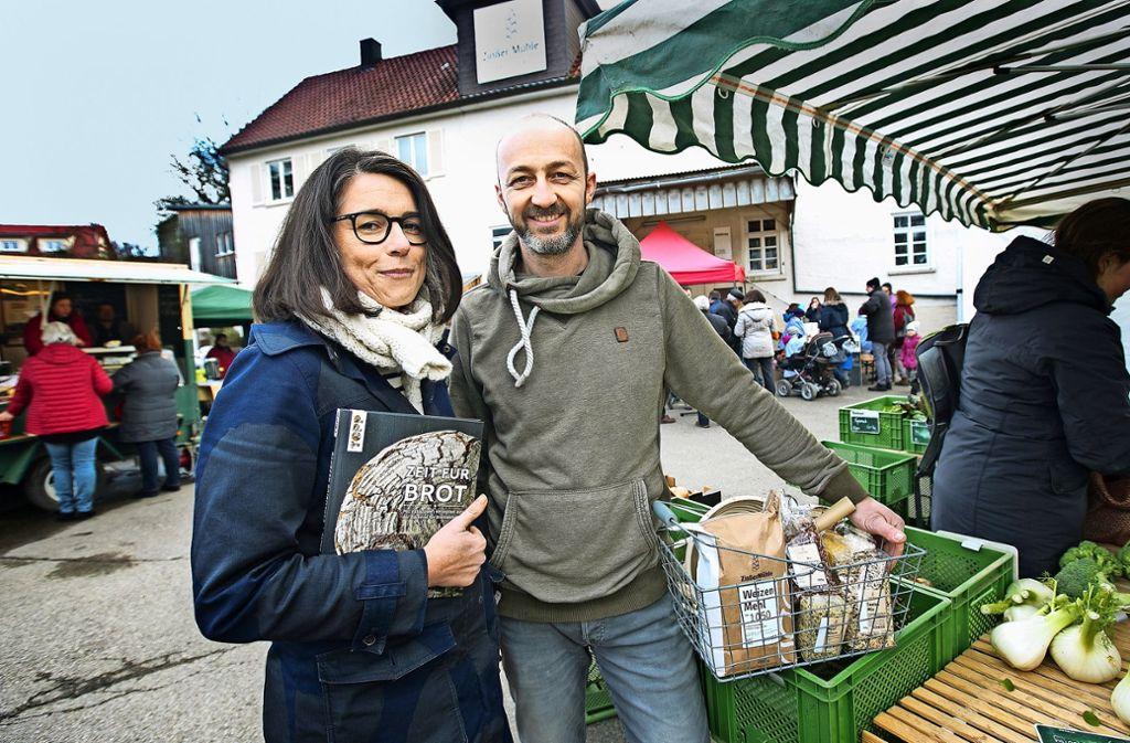 Heike und Jürgen Zinßer sind immer  am ersten Samstag im Monat auch Gastgeber des Hochdorfer Bauernmarktes. Foto: Ines Rudel