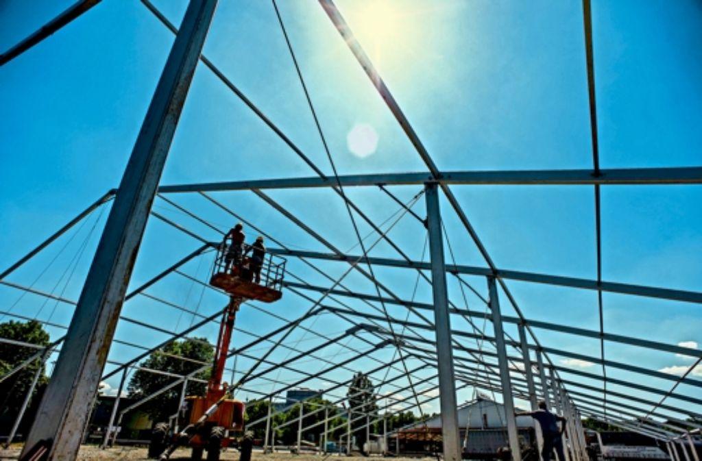Das Wasenwirt-Zelt nimmt langsam Gestalt an. Foto: Lichtgut/Max Kovalenko
